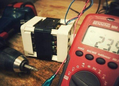 Ein Digitalmultimeter und ein Transformator.