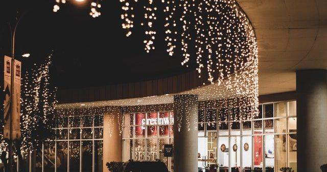 Weihnachtsdekoration im Freien zu befestigen kann eine große Aufgabe sein.