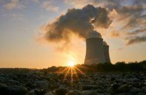 Ein Kraftwerk erzeugt Strom für das große Verteilernetz.