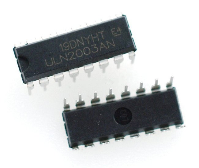 Vor- und Rückansicht des ULN2003 ICs.