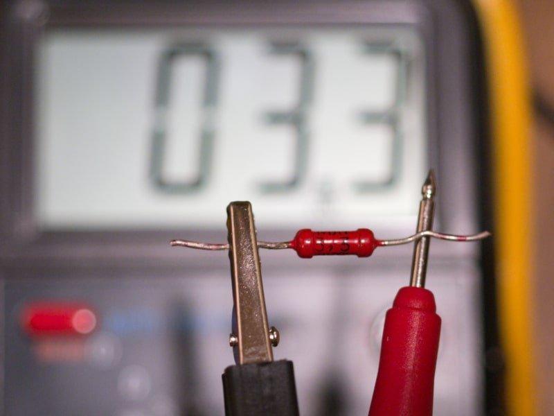 Widerstände werden mit einem Multimeter gemessen.