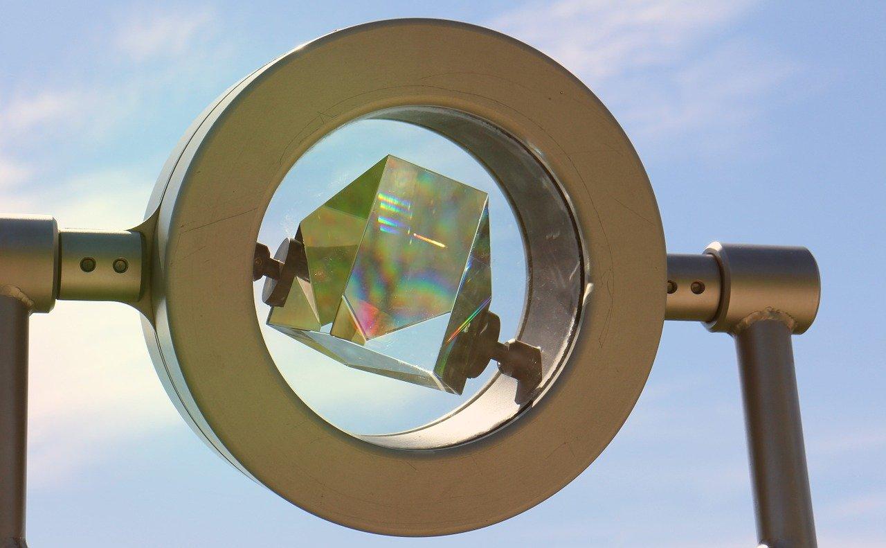 Lichtbrechung lässt sich mit einem Prisma aus Glas veranschaulichen.